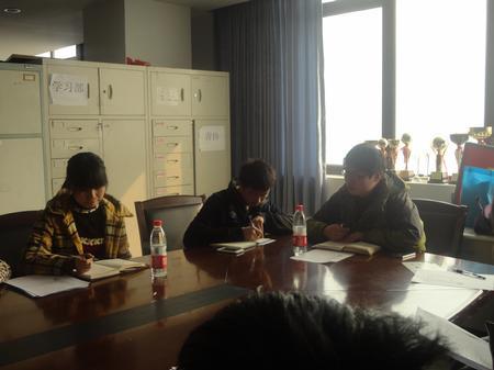 指导老师金圣塔与中心主任韩明月交流